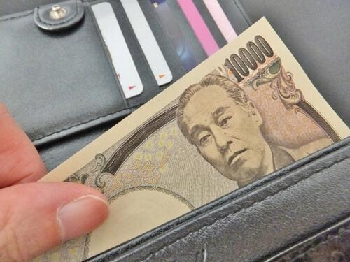 財布から1万円を出す