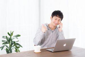 パソコンの前でいいねをする男性